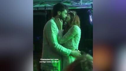 Titi Müller e Tomas Bertoni em momento romântico durante a festa de casamento