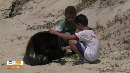 Voluntários e estudantes limpam praia na Barra de São Miguel