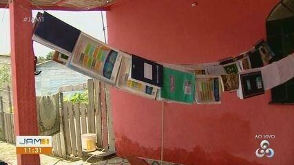 Além dos móveis, família tenta recuperar livros molhados por chuva forte em Manaus