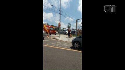 Motorista fica ferida após bater carro contra caminhão e placa de trânsito em Curitiba