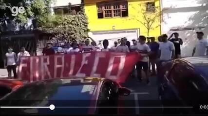 Torcedores protestam em frente a casa do presidente Leco