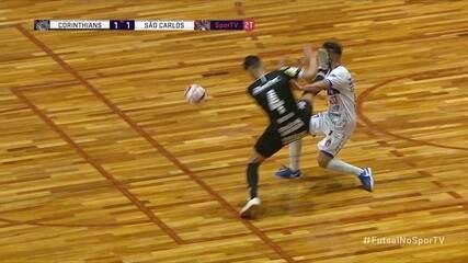 Nocaute! Batalha, do Corinthians, atinge Fernandinho, do São Carlos, com um chute no rosto