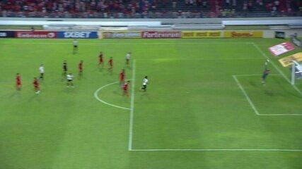 Bola sobra para Carmona, fora da área, que arrisca de primeira, mas Fernando Henrique defende, aos 17' do 2º tempo