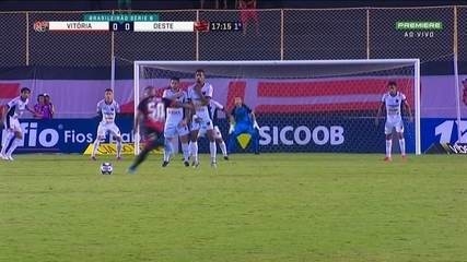 Tiago Carleto cobra falta e Luis Carlos defende, aos 16 do 1º Tempo