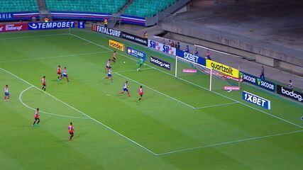 Reinaldo se livra dos marcadores, toca para Pato, e Douglas sai bem para cortar aos 8 do 2º tempo