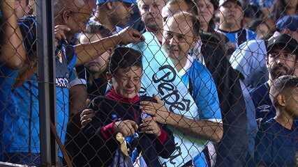 Pepê joga camisa para criança, que se emociona com presente