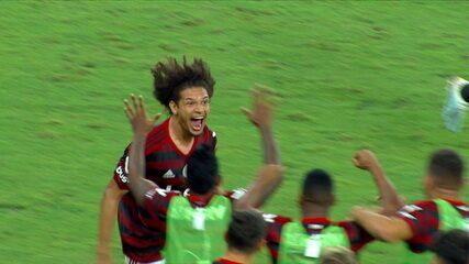 Gol do Flamengo! Vitinho levanta na área e Arão desvia de cabeça, aos 36 do 1º