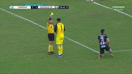Lucas Batatinha entra na área, é derrubado pelo goleiro César e o árbitro marca pênalti