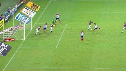 Gilberto rola para Lucca, que chuta, mas defesa tira em cima da linha, aos 4' do 2º Tempo