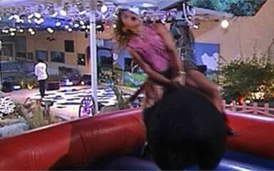 Thatiana vira atração na Festa Fazenda