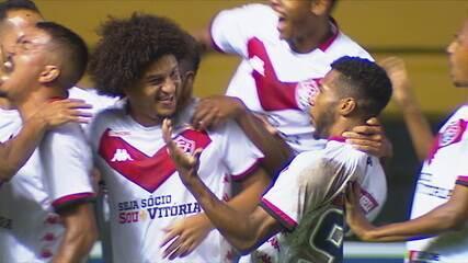 Gol do Vitória! Felipe Gedoz cobra falta e manda direto para o fundo do gol, aos 19 do 2º tempo