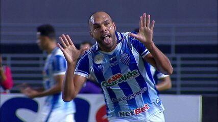 Gol do CSA! Naldo aproveita jogada errada de Fábio Santos e cruza para Alecsandro marcar aos 33' do 1º tempo