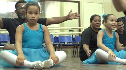 Briza conhece uma família que descobriu o balé como uma terapia para filhas com autismo