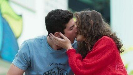 Beto e Meg se beijam