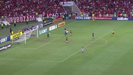 Dawhan recebe nas costas da marcação e bate, mas Diego Alves evita o gol, aos 40' do 1ºtempo