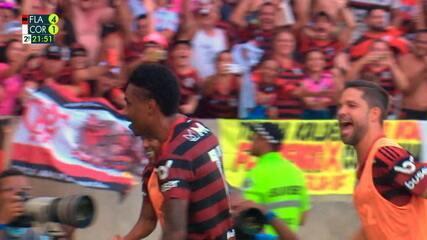Gol do Flamengo! Vitinho arrisca de fora da área e faz o quarto aos 21 do 2º tempo