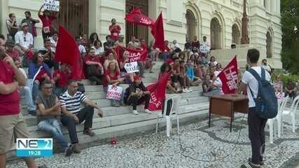 Estudantes protestam em favor da democracia na Faculdade de Direito do Recife