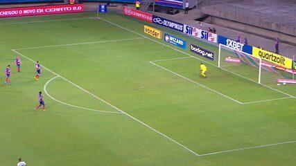 Dalberto chuta de fora da área e bola desvia em Lucas Fonseca antes de ir para fora, aos 29' do 2º tempo
