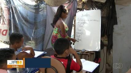 Jovens voluntários dão aulas de reforço para crianças, em local improvisado
