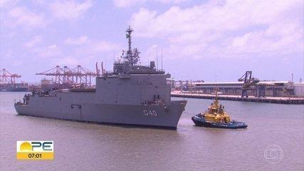 Navios da Marinha trazem fuzileiros e equipamentos para reforçar combate ao óleo no NE