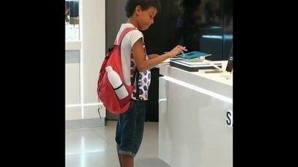 Sem internet em casa, estudante faz trabalho escolar usando tablet de shopping no Recife