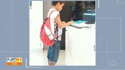 Menino é filmado usando tablet de loja de shopping no Recife para fazer pesquisa escolar