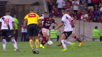 Central do Apito: Sandro Meira Ricci analisa os lances de Vasco e Flamengo e afirma que foi falta no Gerson