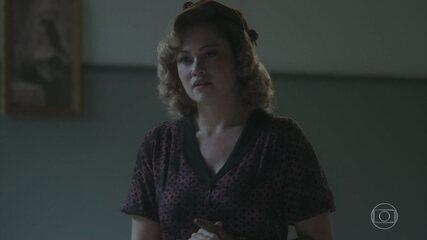 Marion tenta disfarçar sua reação ao ver Júlio