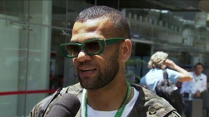 Em Interlagos, Daniel Alves revela ser fã de Leclerc, mas vai torcer por Lewis Hamilton no GP do Brasil