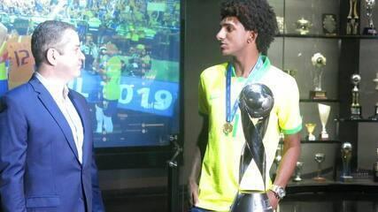 Talles Magno recebe medalha e entrega troféu do Mundial Sub-17 para Museu da CBF