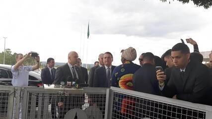 Presidente Jair Bolsonaro fala a jornalistas na saída do Palácio da Alvorada