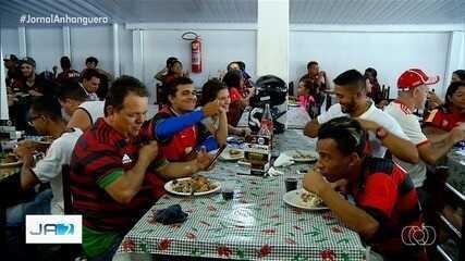 Dono de restaurante cumpre promessa de dar almoço de graça para torcedores do Flamengo