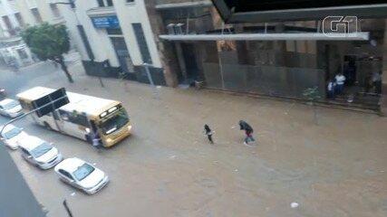 Chuva provoca alagamento e queda de energia no bairro do Comércio