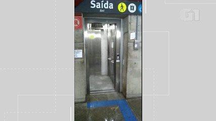 Água da chuva invade estações de metrô da capital baiana