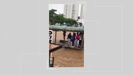 Alagamento na Avenida Paralela deixa passageiros ilhados em ponto de ônibus
