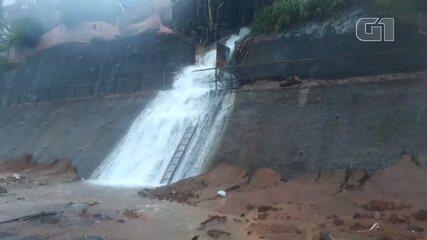 Água da chuva forma uma cachoeira na Avenida Gal Costa, em Salvador