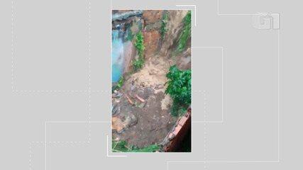 Chuva provoca deslizamento de terra no Lobato, na região do Subúrbio