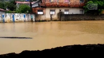 Chuva causa prejuízos e invade rua na Ilha de Itaparica