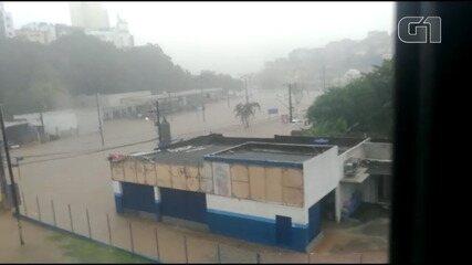 Chuva afeta o Largo de Dois Leões, em Salvador