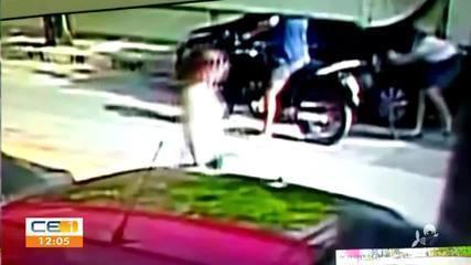Mulher é agredida em assalto em rua da Aldeota