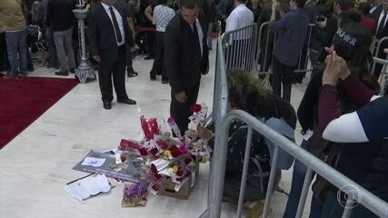 Fãs prestam homenagens a Gugu Liberato na Alesp