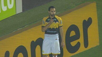 Gol do Criciúma! Defesa do Oeste erra na saída de bola, Léo Gamalho amplia, aos 13' do 2º tempo