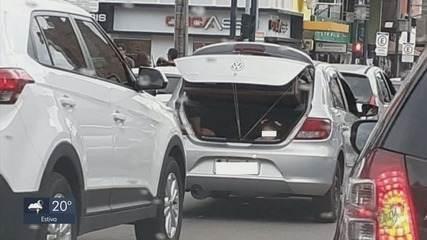 Criança é levada no porta-malas em avenida de Poços de Caldas