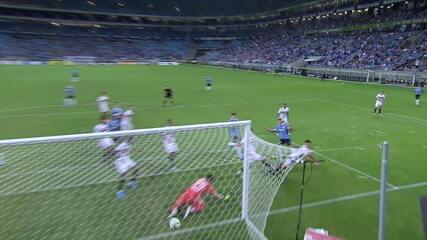 Gol do Grêmio! Alisson cobra falta, bola desvia no meio do caminho e entra aos 13 do 2º tempo