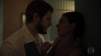 Vicente perde a cabeça quando descobre romance entre Betina e Magno