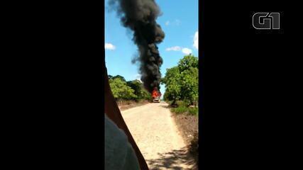 Ônibus escolar pega fogo a caminho de escola em Chorozinho, no Ceará