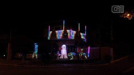 Casa em São José tem decoração com luzes de Natal com referências da cultura pop
