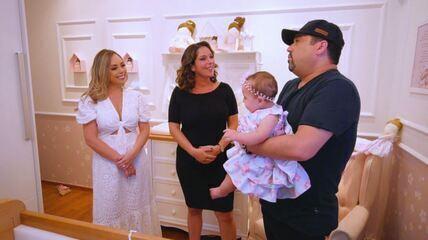 Roberta Campos conhece a pequena Bella, filha do cantor Edson