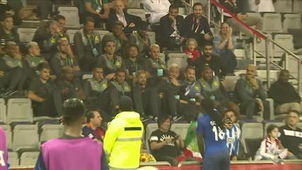 Gomis comemora gol brincando com Jorge Jesus