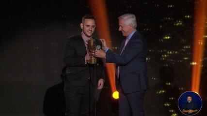 Guifera leva o troféu de melhor atleta de futebol virtual do Prêmio eSports Brasil 2019